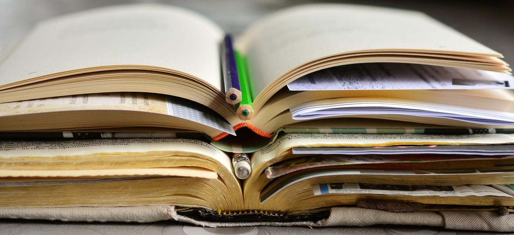 Libro abierto con lápices dentro
