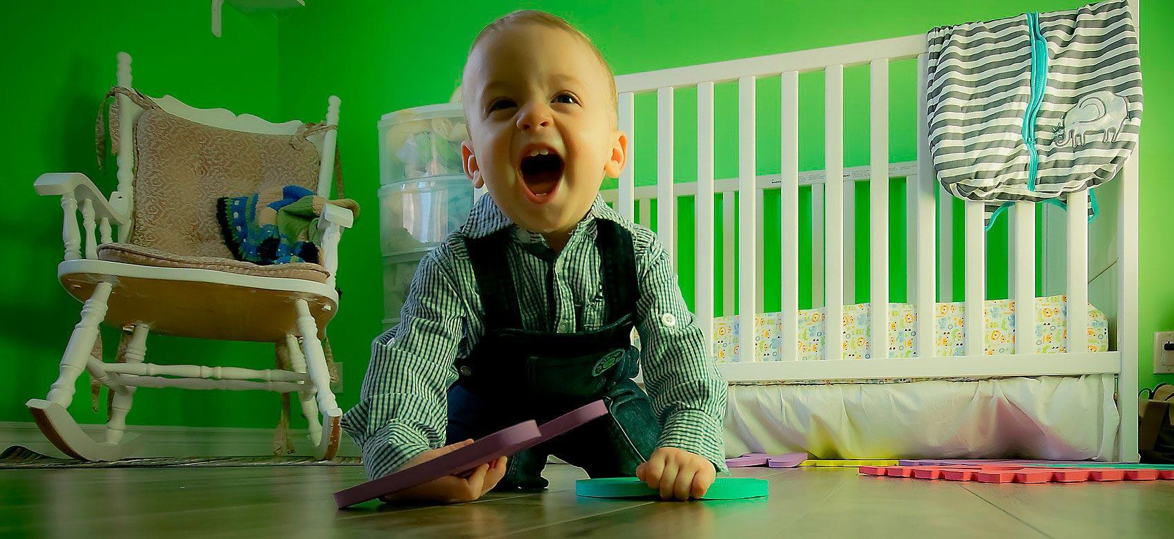Niño contento jugando en una habitación