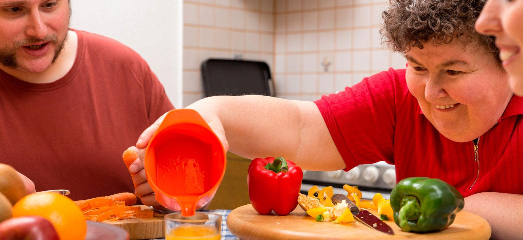 Mujer preparando zumo en una residencia