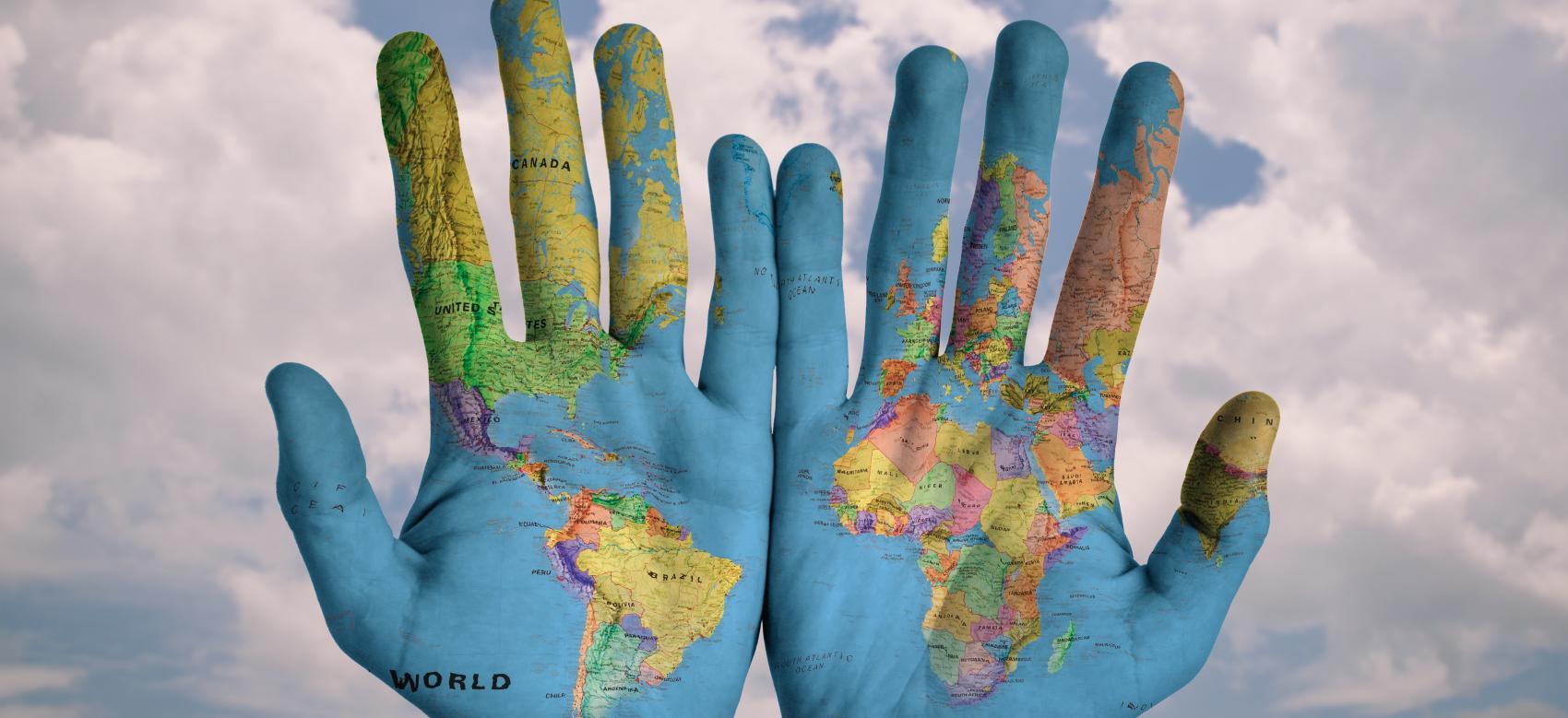 manos con el mapa del mundo