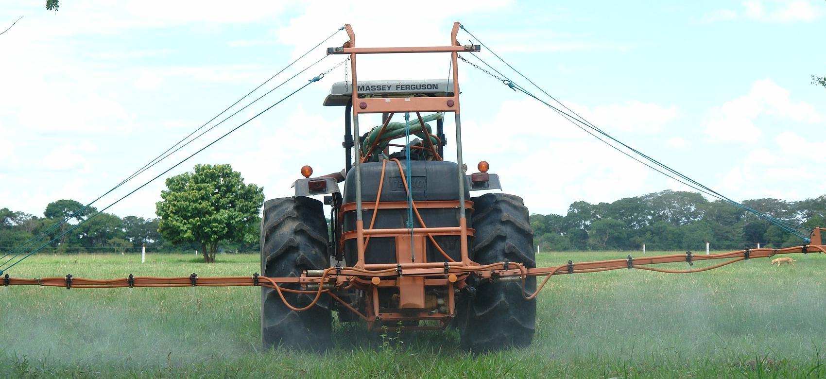 Tractor fumigando un campo