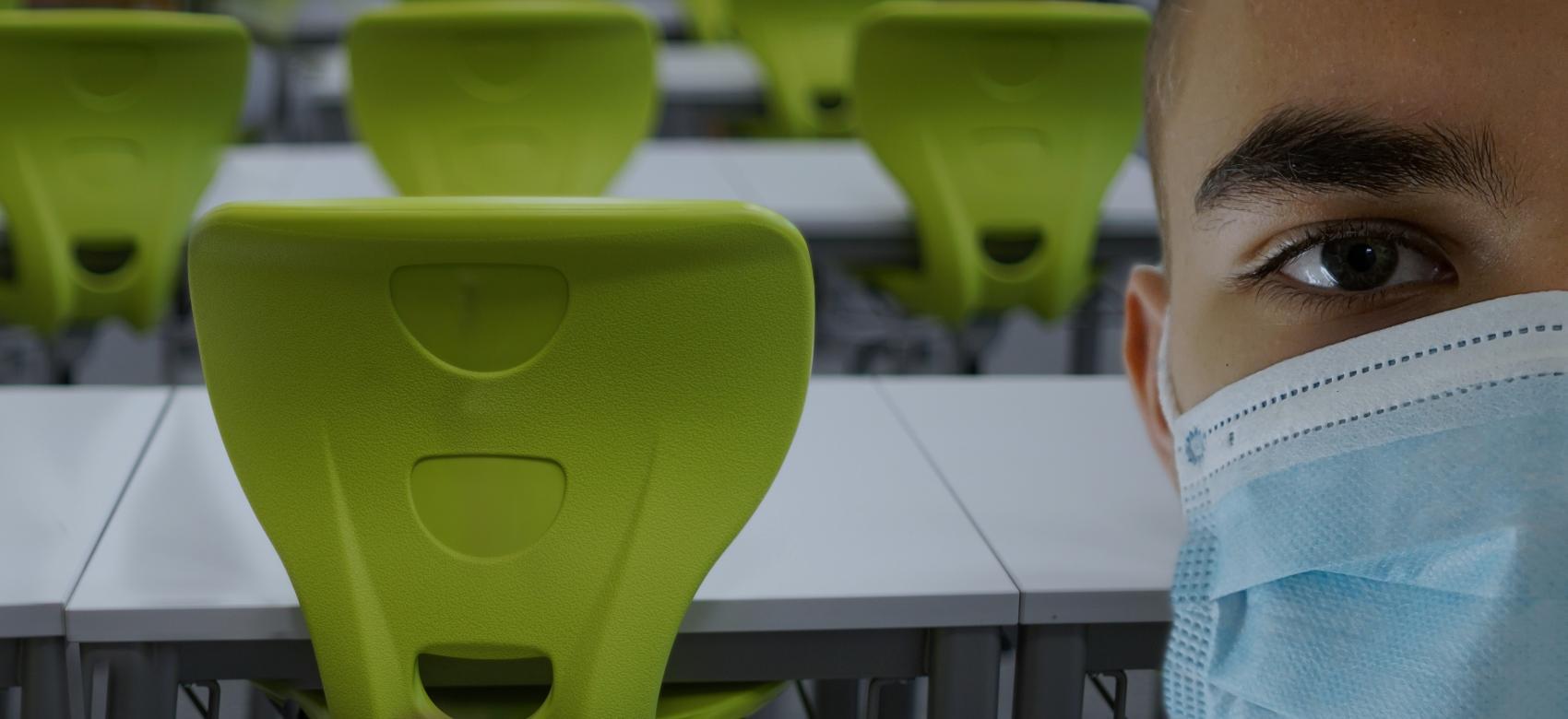 Estudiante con mascarilla en aula