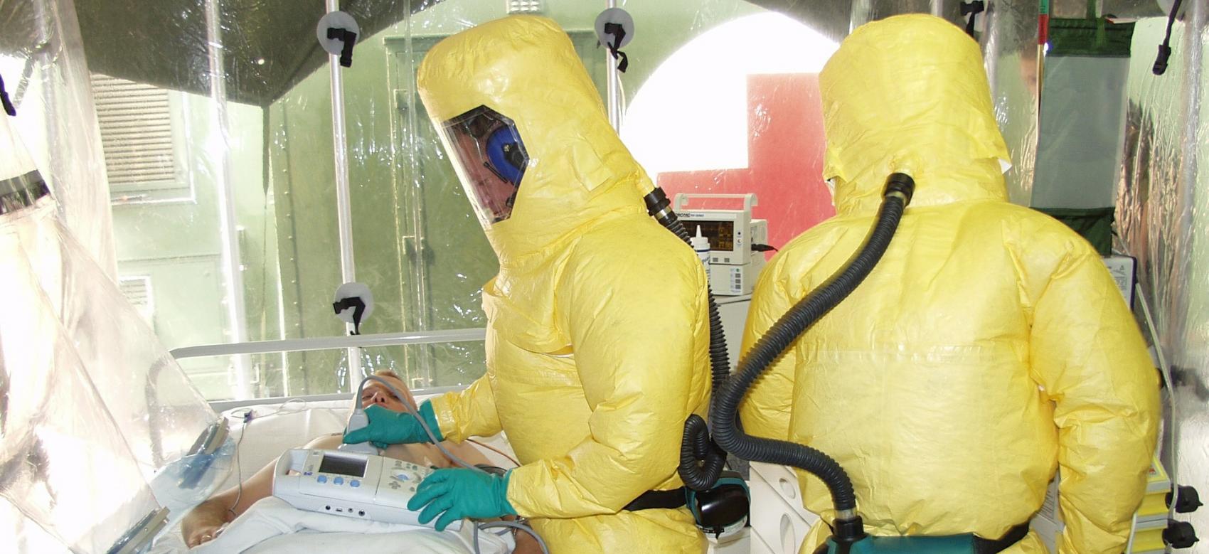 Es un aislamiento de un paciente, donde se observa a los médicos llevar trajes de Protección Personal de color amarillo