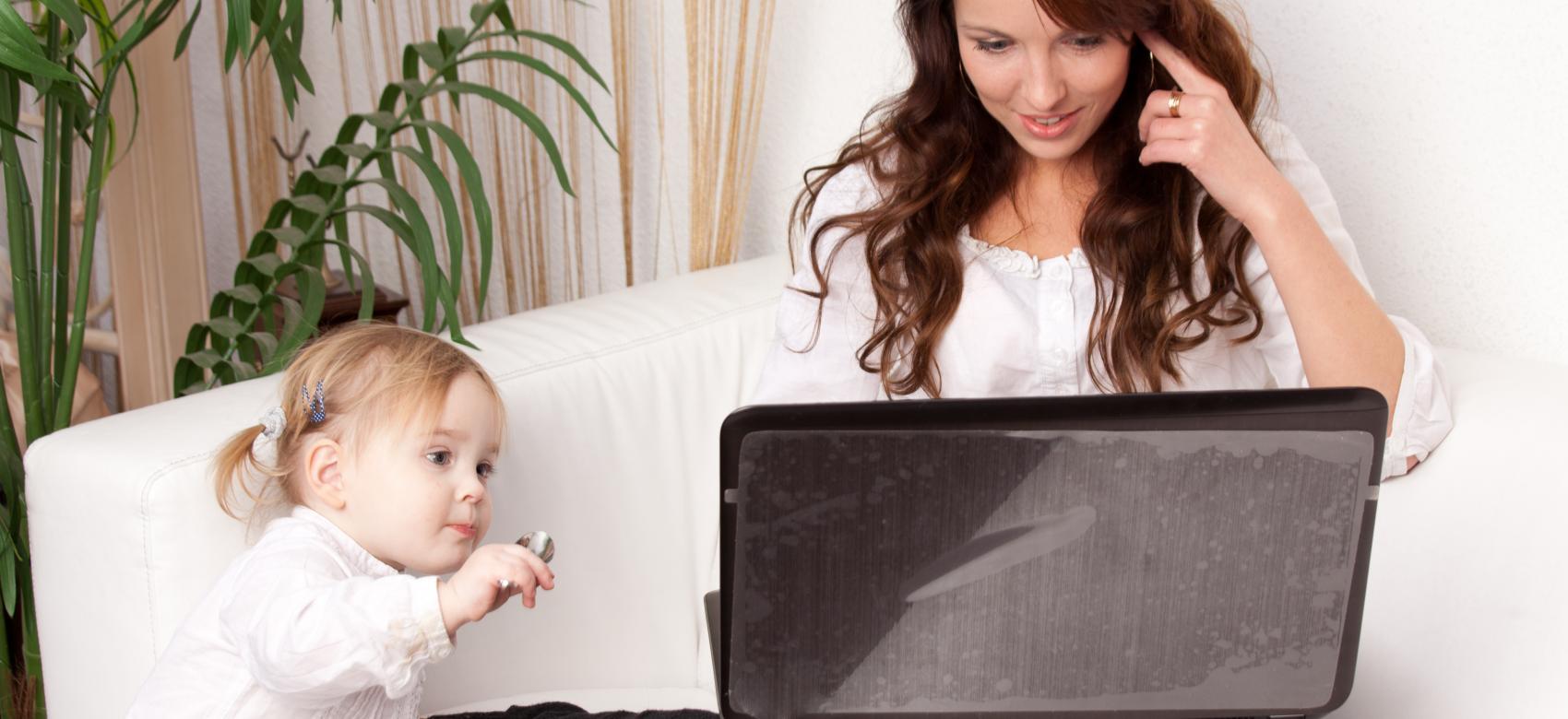 madre mirando ordenador