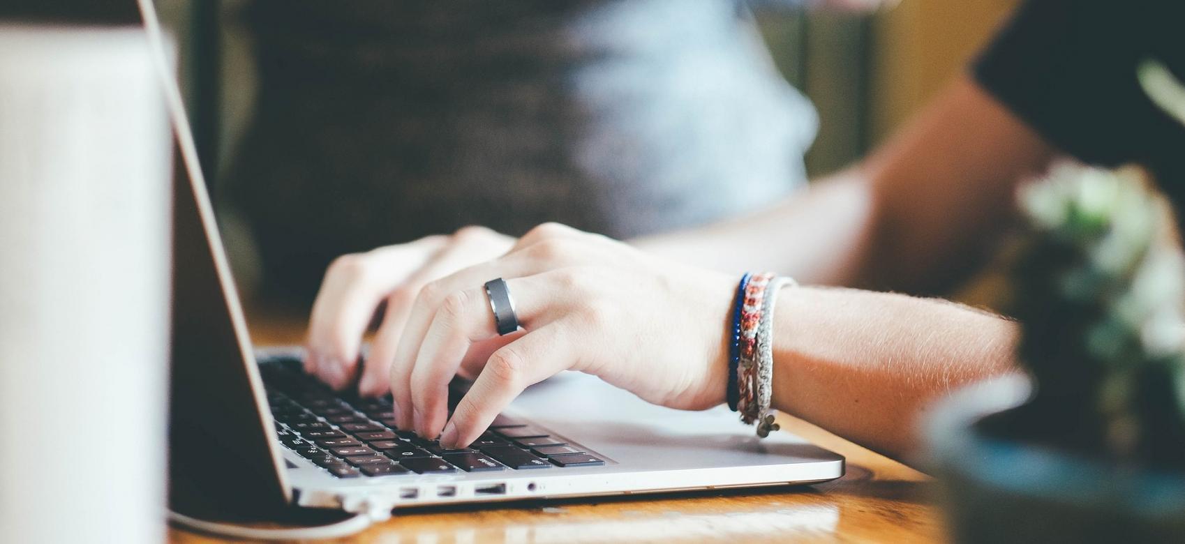 Imagen de un manos trabajando en un ordenador portatil