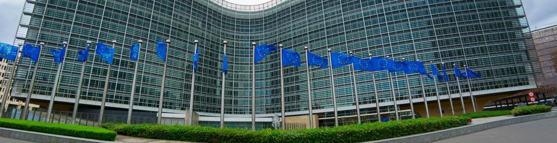 Edificio de la Comisión Europea en Bruselas flanqueado por una fila de banderas de la Unión Europea