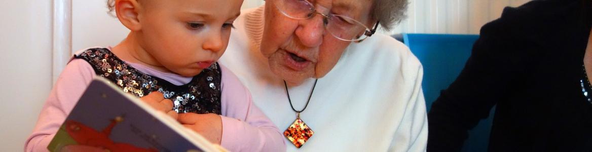 Abuela y nieta viendo un cuento