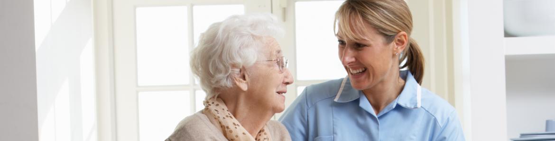 Mujer mayor con cuidadora