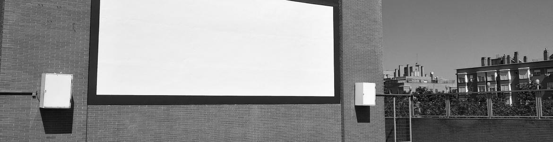 imagen de la pantalla del cine de verano del Paco Rabal