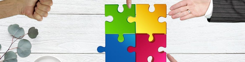 Varias manos encajando unas piezas de puzle