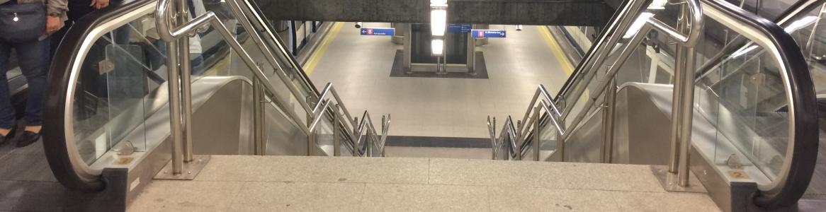 Imagen de un acceso a los andenes de Metro, en Línea 8