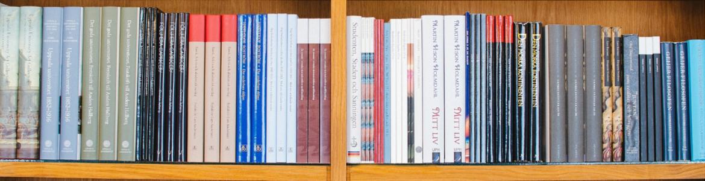 estanteria con muchos libros