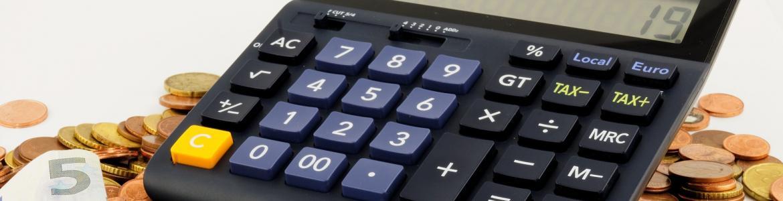 Foto de calculadora y monedas