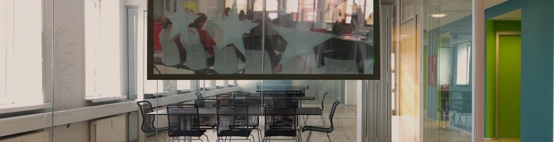 Oficina de empleo a través de una pantalla