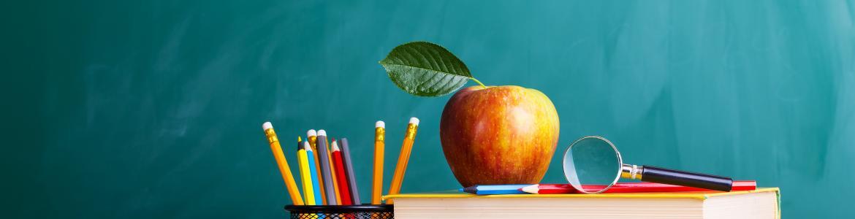 Libros, lapiceros y una manzana