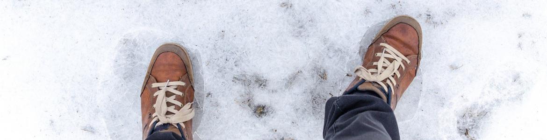 Pies de una persona sobre el hielo desde arriba