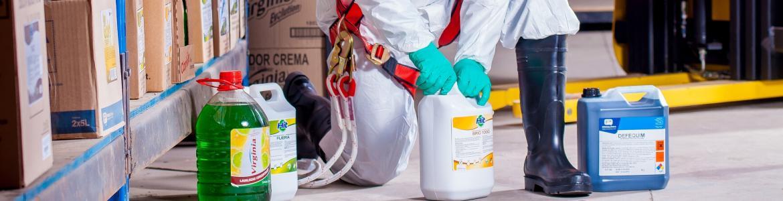 Aplicador de productos biocidas arrodillado preparando las mezclas de productos biocidas