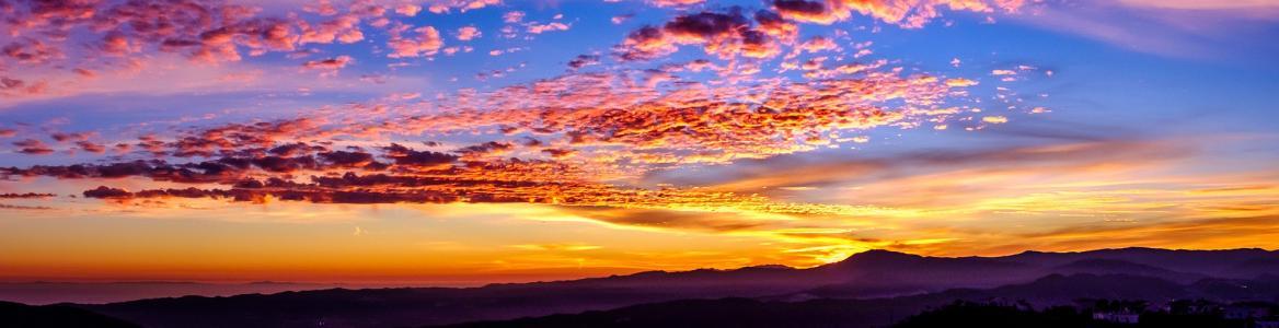Cielo morado, azul y rojo en una puesta de sol