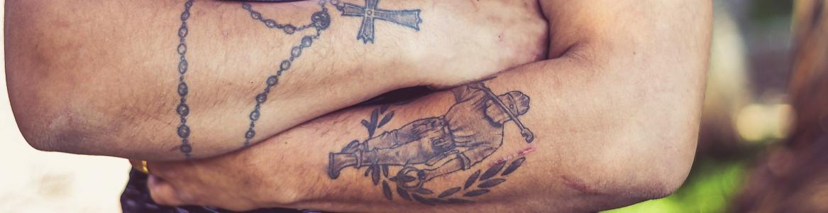 Chico con los brazos con tatuajes