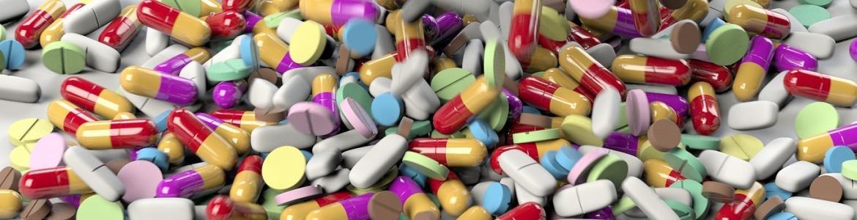 Multitud de cápsulas de medicamentos sobre una mesa