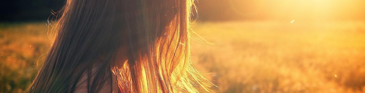 Contraluz de la cabeza de una niña al sol