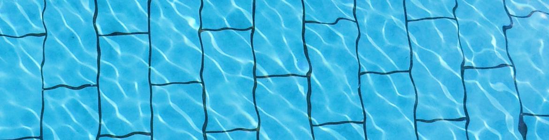 Fondo de una piscina azul