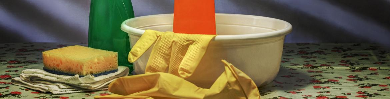 Barreño, guantes y productos químicos para limpieza