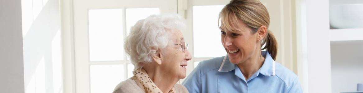 Anciana caminando con enfermera