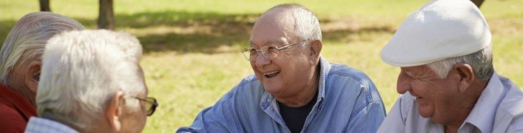 Hombres mayores jugando a las cartas