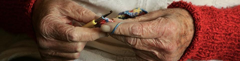 Manos mujer haciendo ganchillo