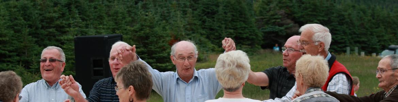 Grupo mayores en el campo bailando