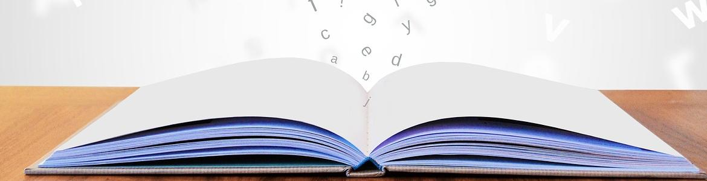 Libro abierto y letras