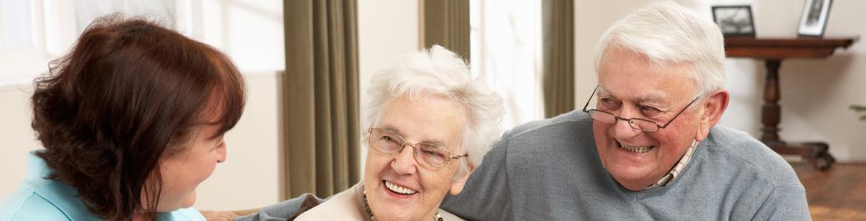 Personas mayores sentadas en un sofá