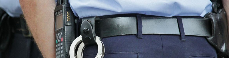 Detalle policia de espaldas