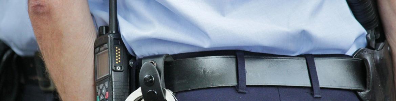 Policia visto de espaldas