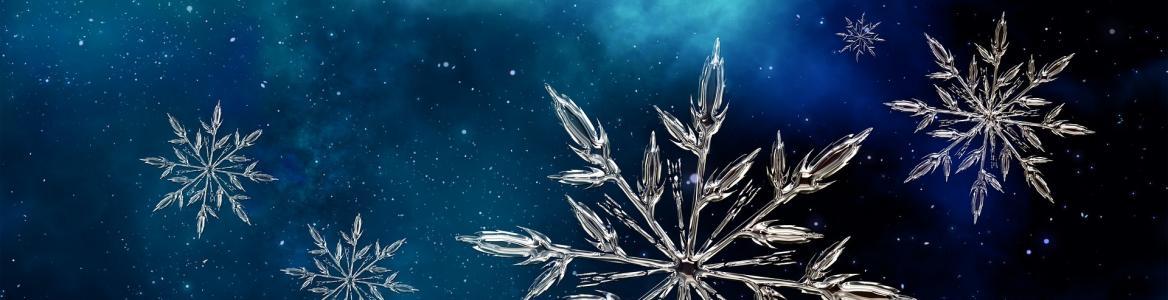 Imagen de la estrella que forman los copos de nieve sobre fondo azul