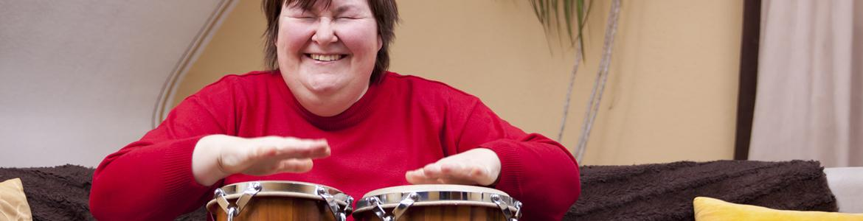 Mujer tocando los bongos