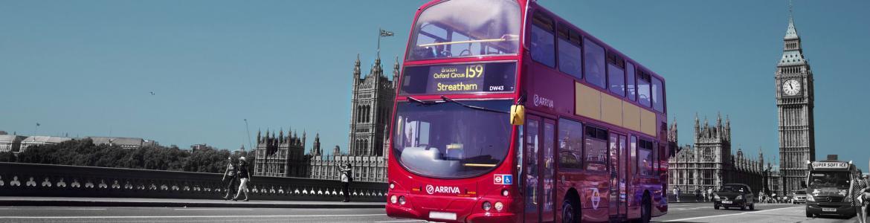 Autobús inglés circulando con el Big Ben al fondo