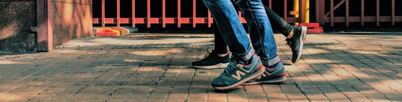 Imagen de las piernas de 2 personas caminando