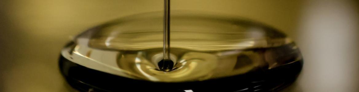 Imagen de un chorro de aceite cayendo sobre aceite