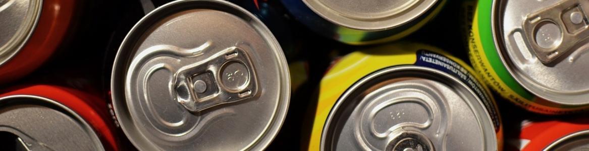 Imagen superior de unas latas de bebidas de refresco