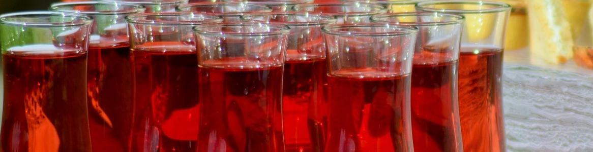 Imagen de varias copas de vino alineadas en la mesa de un restaurante