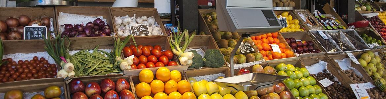 Expositores de frutas y verduras en una tienda