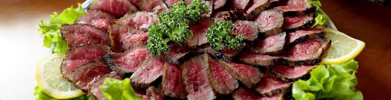 Imagen de unos filetes de carne roja poco hecha para poner en la parrilla