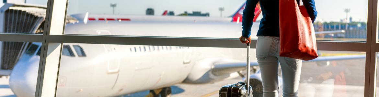 Mujer en el aeropuerto con una maleta