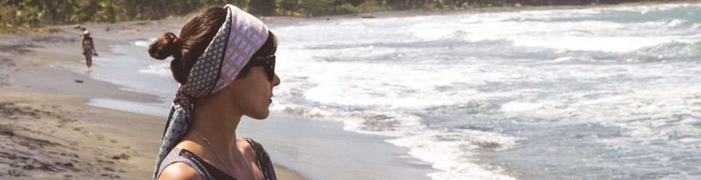chica en playa mirando al mar