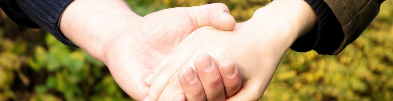 manos que acompañan