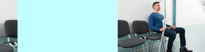 Imagen ilustrativa de un hombre con muletas que espera para ser atendido