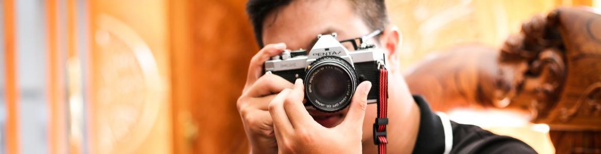 joven haciendo enfocando con una cámara