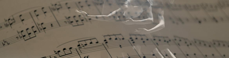 Bailarinas sobreimpresas sobre notas musicales